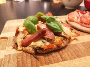 Færdig pita pizza med frisk basilikum